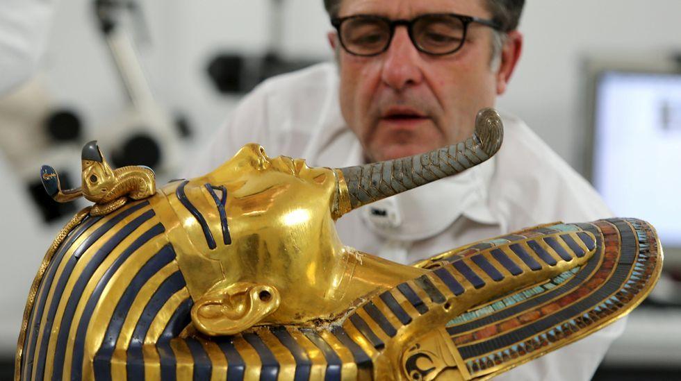 El conservador alemán Christian Eckmann trabaja en la restauración de la máscara de oro del rey Tutankamón en el Museo Egipcio de El Cairo.