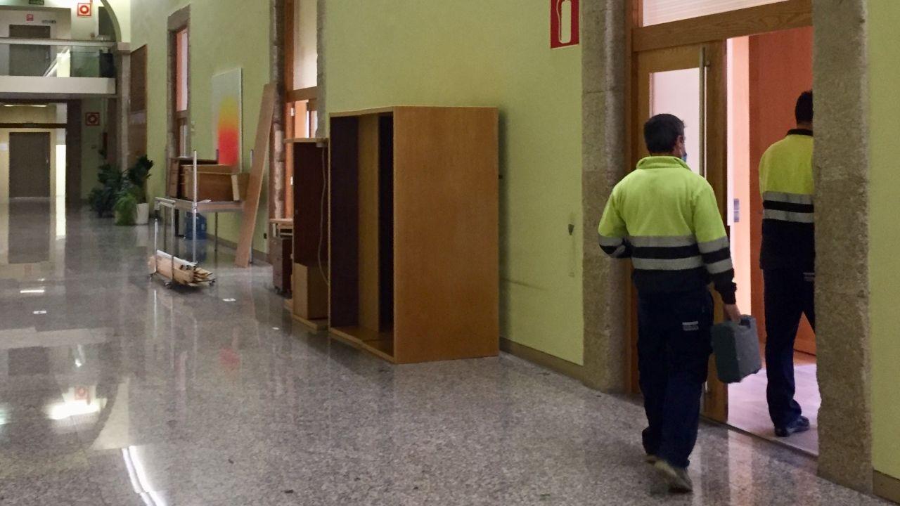 Operarios en la sala del Parlamento donde se ubicaban los grupos Común da Esquerda y En Marea
