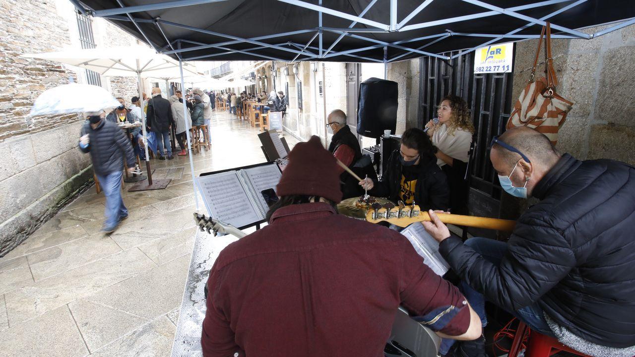 Así vive Lugo el día de San Froilán.La lluvia deslució el ambiente de las calles en el inicio del San Froilán