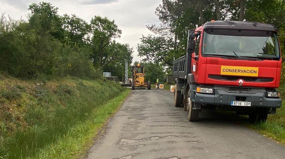 Los camiones de obra, ya sobre la carretera en Teilán