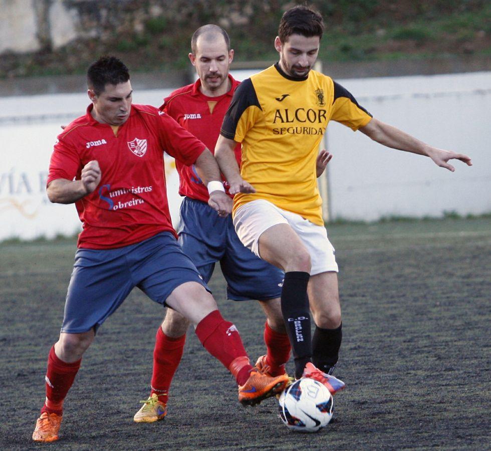 El futbolista del Brollón, Rodri, a la derecha en O Sangoñedo.