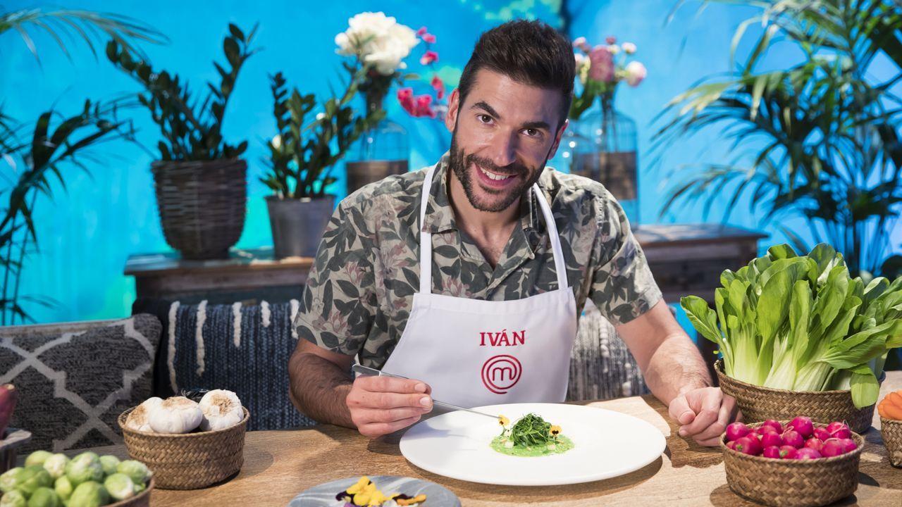 Los chefs de Estrellas Solidarios no Camiño promocionan la gastronomía y el paisaje gallego.Concursantes y jurado, ante el museo en La Rioja
