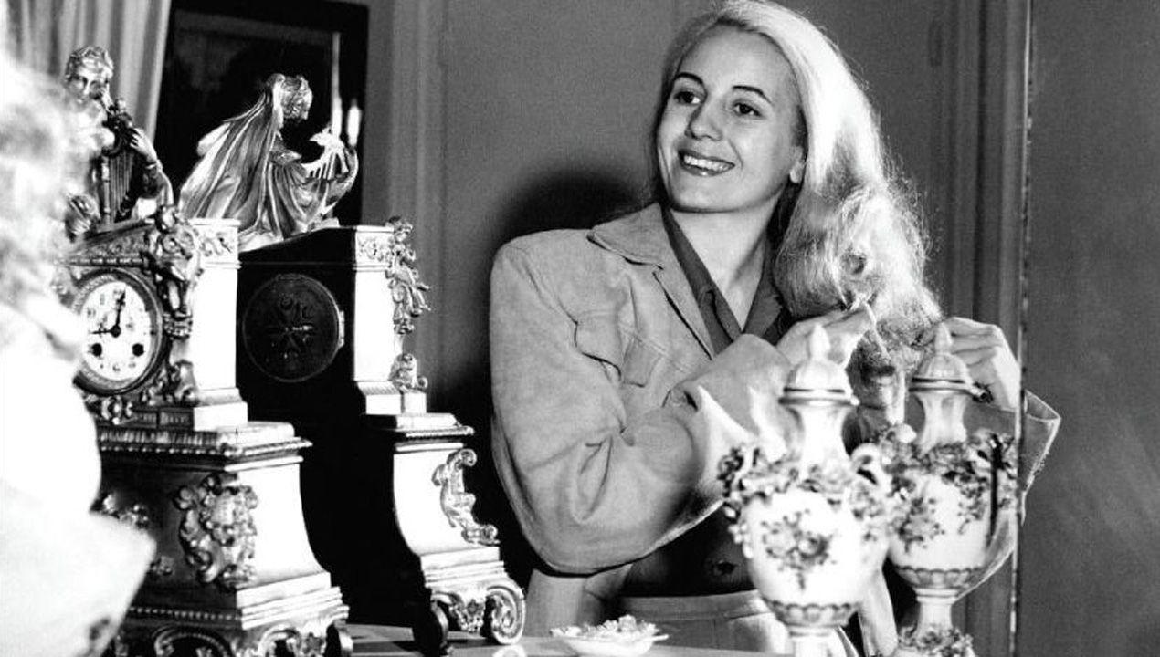Eva Duarte de Perón, Evita, peinándose ante un espejo
