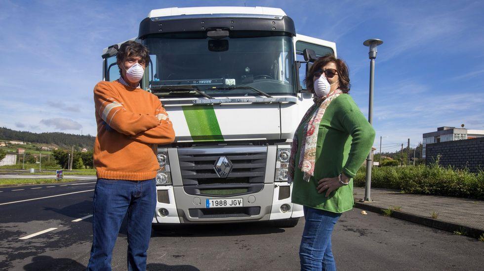 Víctor y Mercedes, fotografiados en el mes de mayo, con su camión, cuando reanudaban las rutas tras el parón por la pandemia