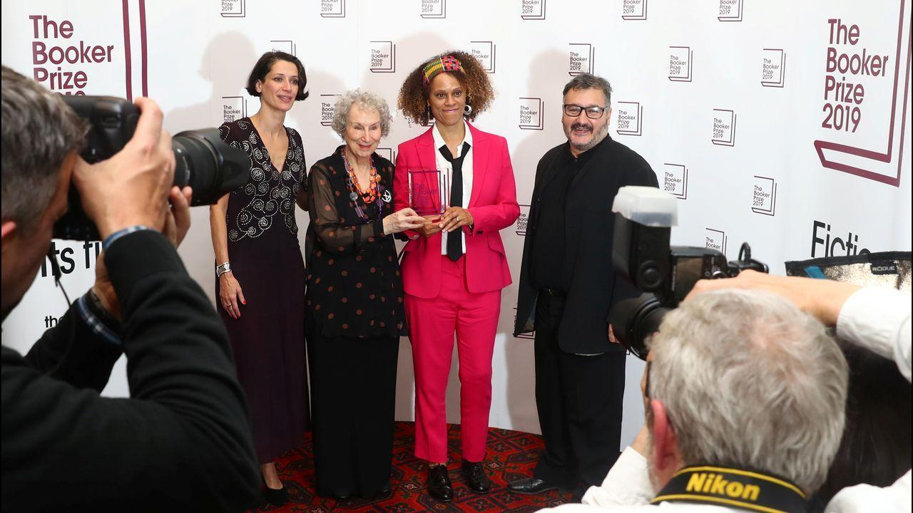 Día del libro.Margaret Atwood y Bernardine Evaristo, en la sala londinense Guildhall tras saberse ganadoras, celebrando el premio ex aequo