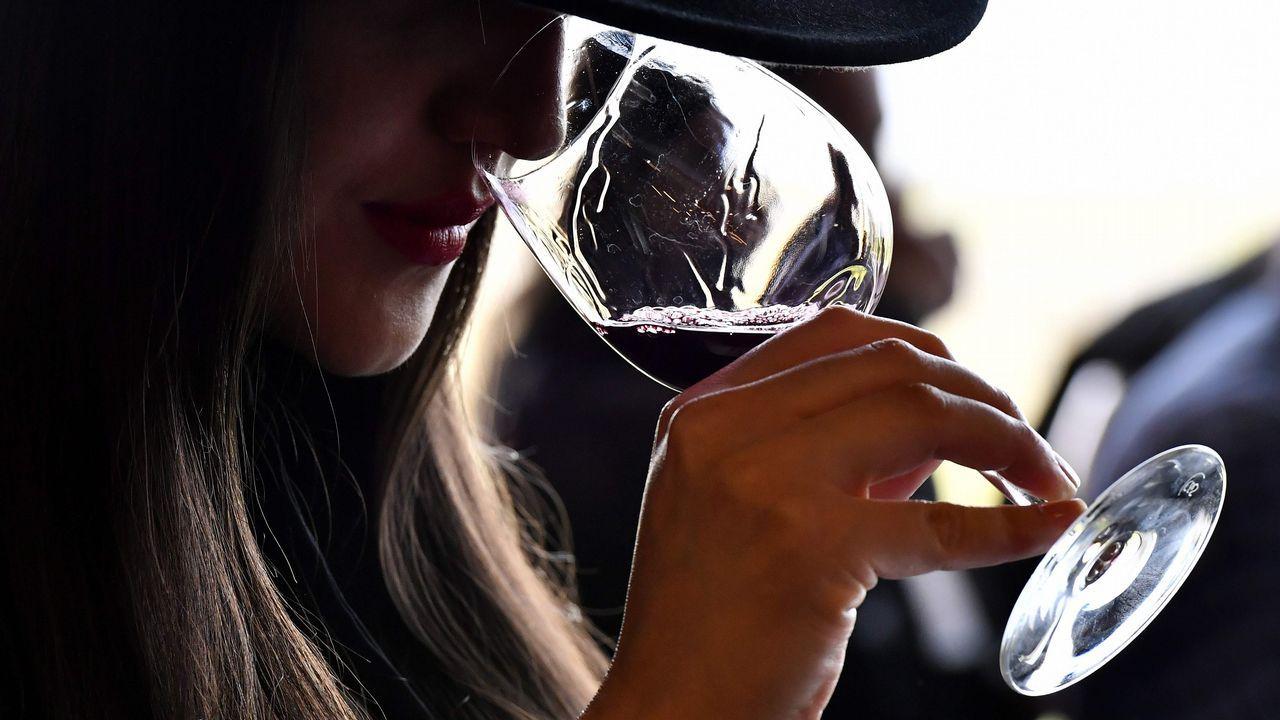 Una mujer huele un vino durante una sesión de cata en el Chateau La Dominique, en Saint-Emilion, en el sudoeste de Francia