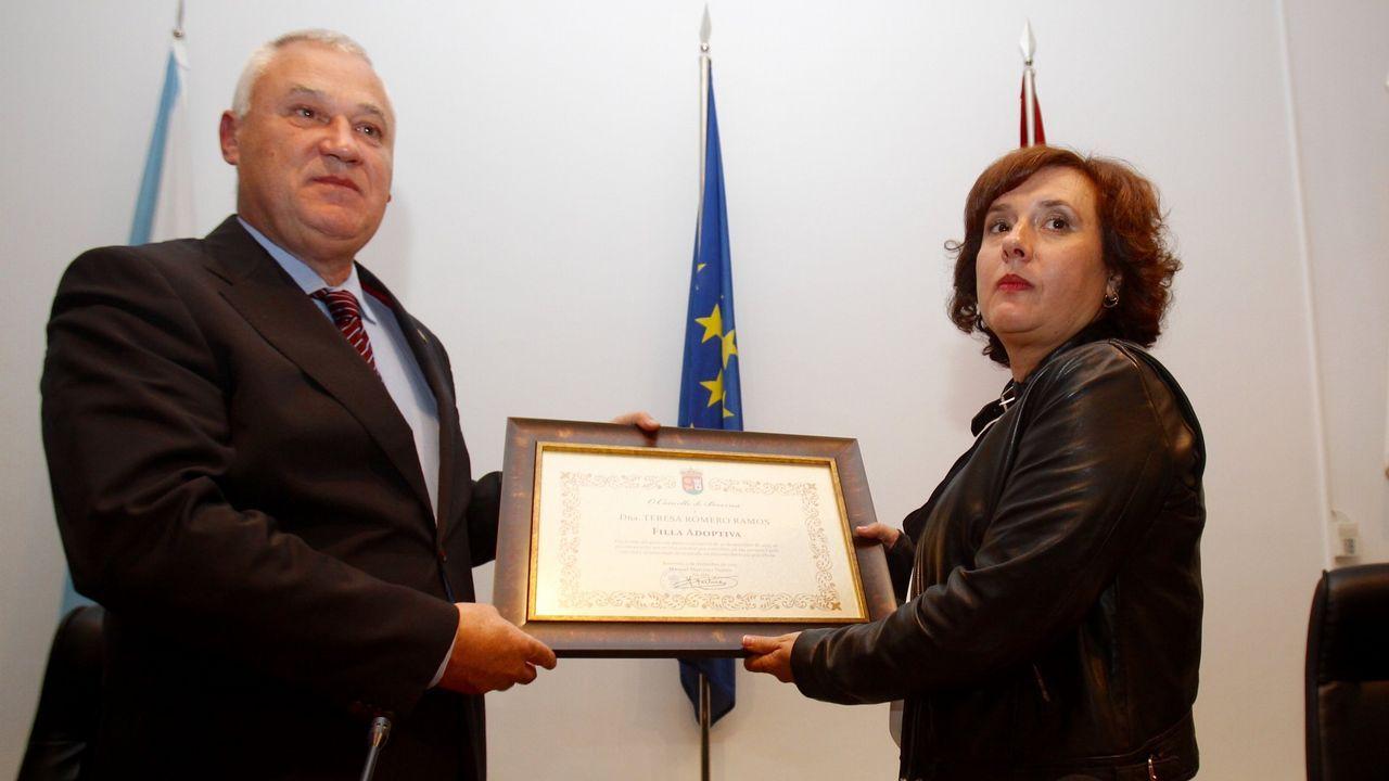 Teresa Romero, la primera contagiada por ébola en España, recibe el título de hija adoptiva de Becerreá, una distinción que le entregó el alcalde, Manuel Martínez, en la Casa da Cultura