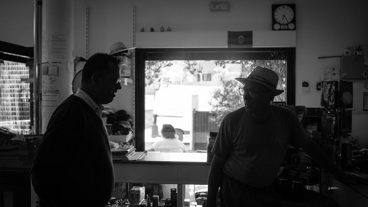 Jaime, a la derecha, charla con un cliente en la tienda que regenta Paulo Barroso