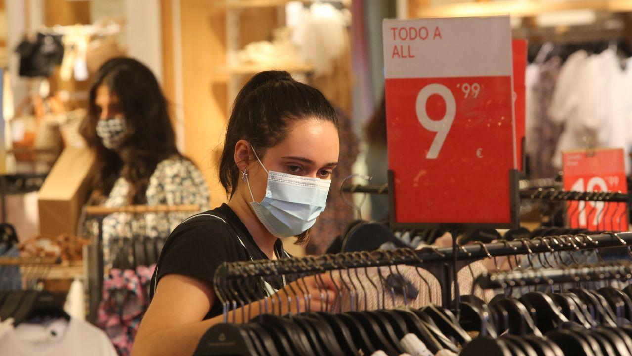 En la imagen, una clienta en busca de gangas en una de las tiendas de Odeón, donde muchas firmas ofrecen descuentos de hasta el 50% y algunas hasta del 70%