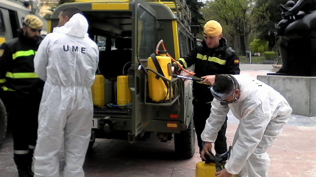 Soldados de la Unidad Militar de Emergencia (UME) se preparan para desinfectar la Junta General y Correos