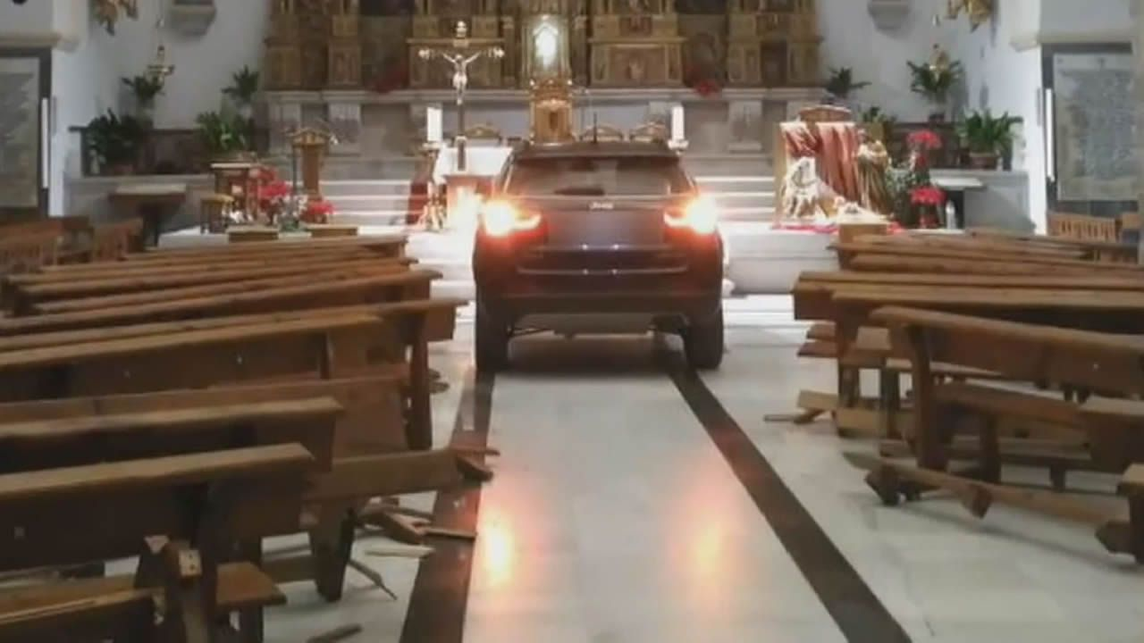 Un coche acaba en el altar de una iglesia de Sonseca y el conductor dice que está endemoniado