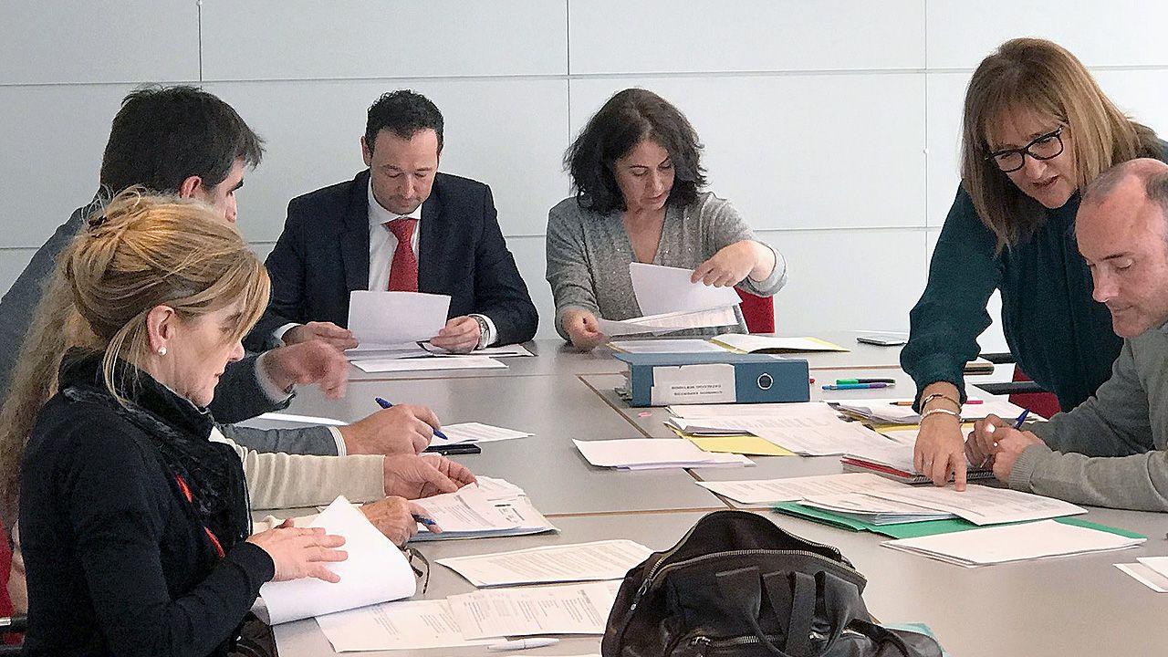 Ovidio Zapico y Gaspar Llamazares, en la sala de prensa de la Junta General del Principado.Reunión de la comisión técnica de expertos para la elaboración de un catálogo de vestigios de la Guerra Civil y la dictadura en Asturias