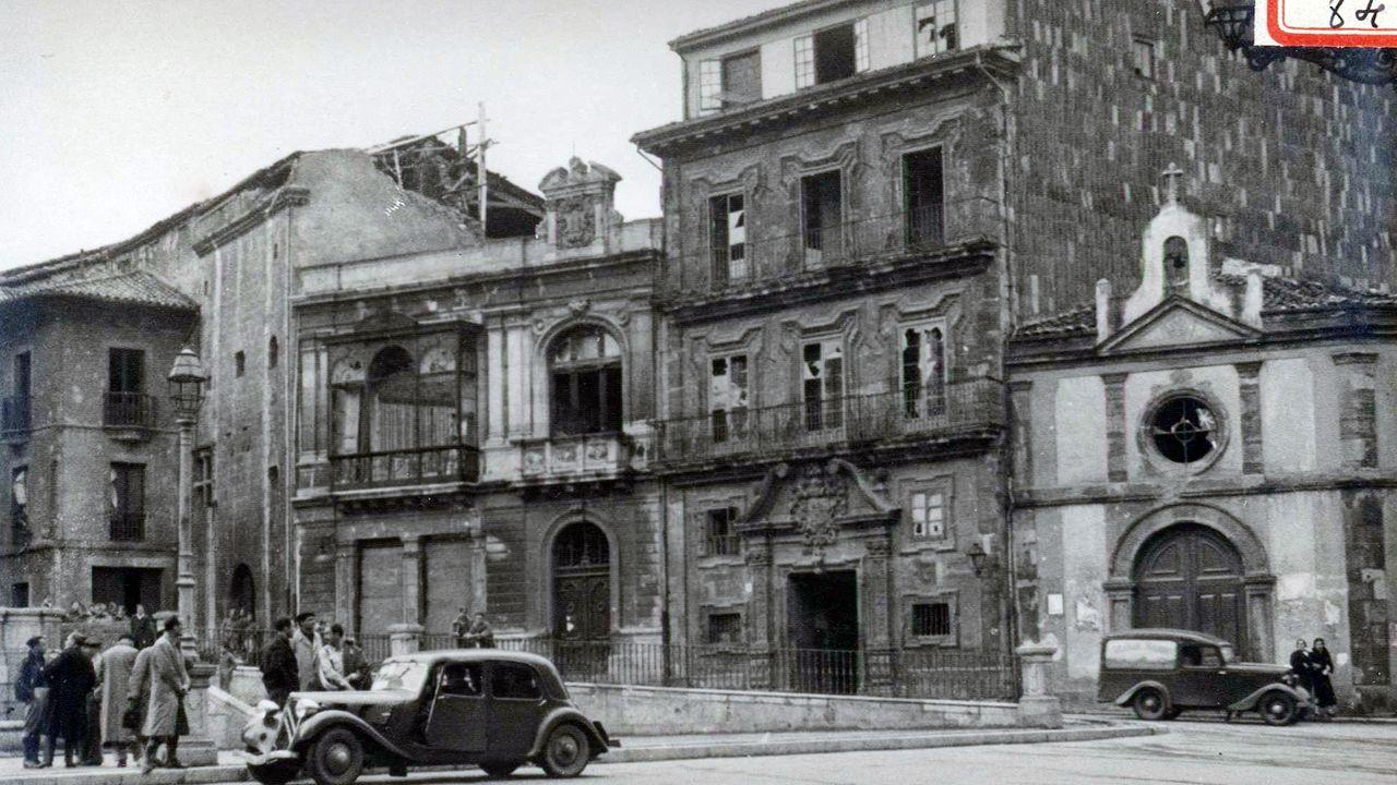 La casa de los Llanes, en la plaza de la Catedral y junto a la capilla de la Balesquida, justo después de la Guerra Civil. Se aprecian los daños que afectaron a las ventanas, pero no sufrió impactos directos