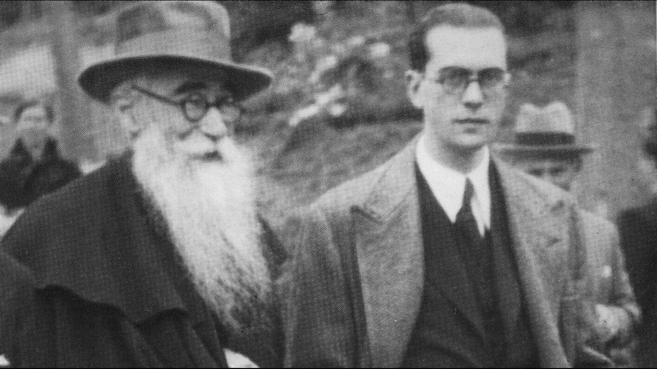 Valle-Inclán paseando por Santiago con un joven Domingo García-Sabell en los años treinta