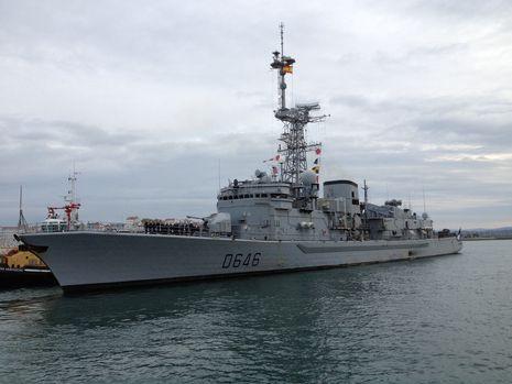 La fragata francesa, saliendo del puerto de A Coruña