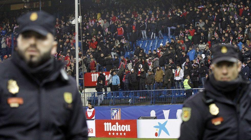 Policías en el Calderón vigilando el fondo del Frente Atlético