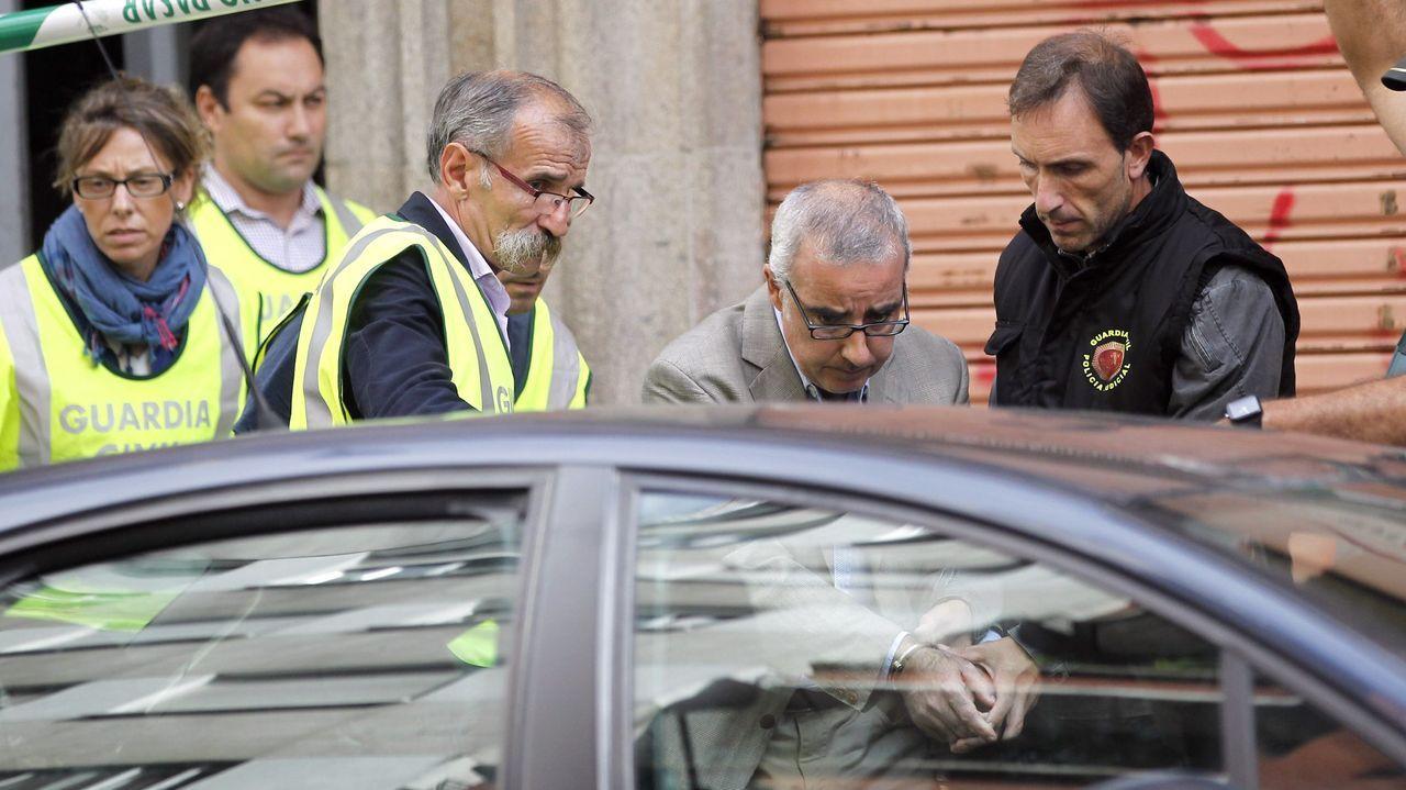 Alfonso Basterra, ya detenido, en el registro del piso en el que vivía en la calle República Argentina de Santiago