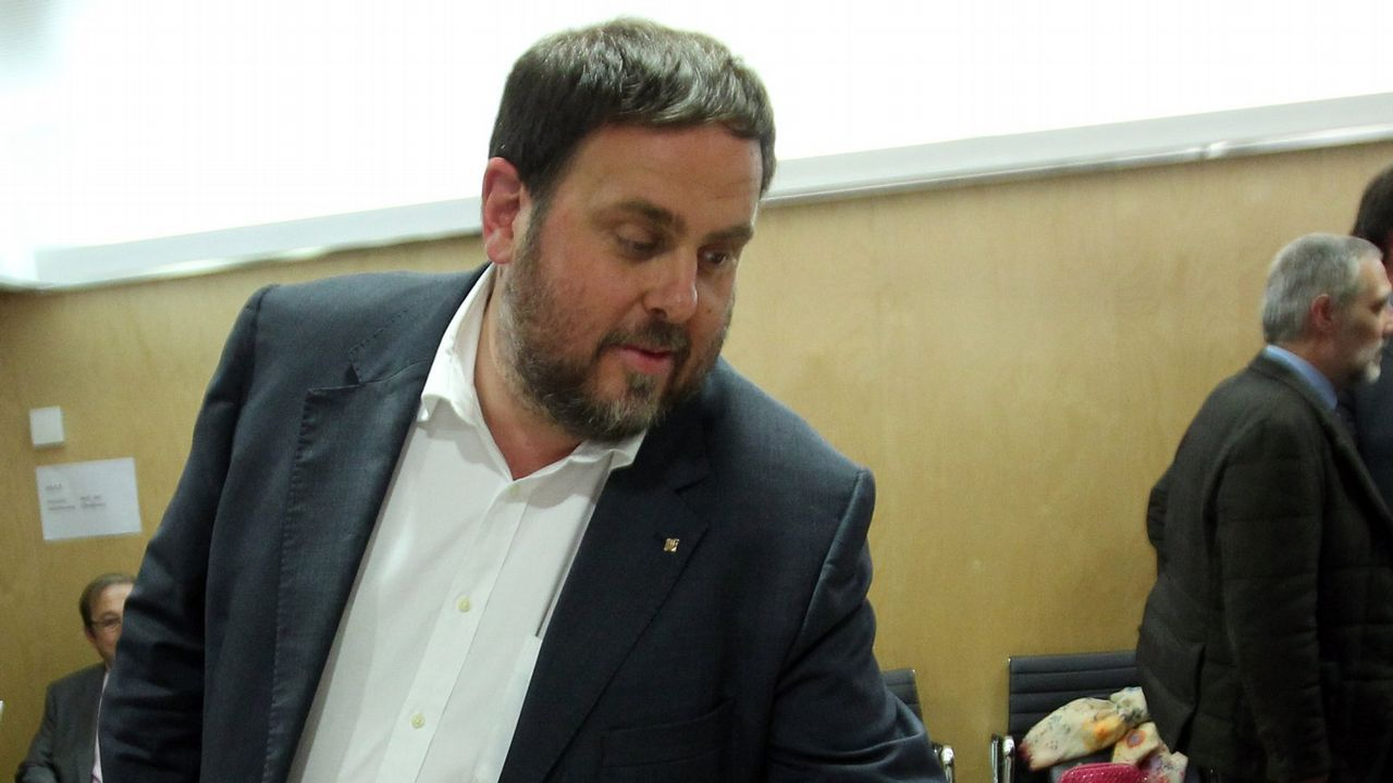 Gritos de fuera y aplausos para recibir en el hemiciclo a los políticos presos.Oriol Junqueras. El ex vicepresidente catalán está acusado de un delito de rebelión agravado con malversación.