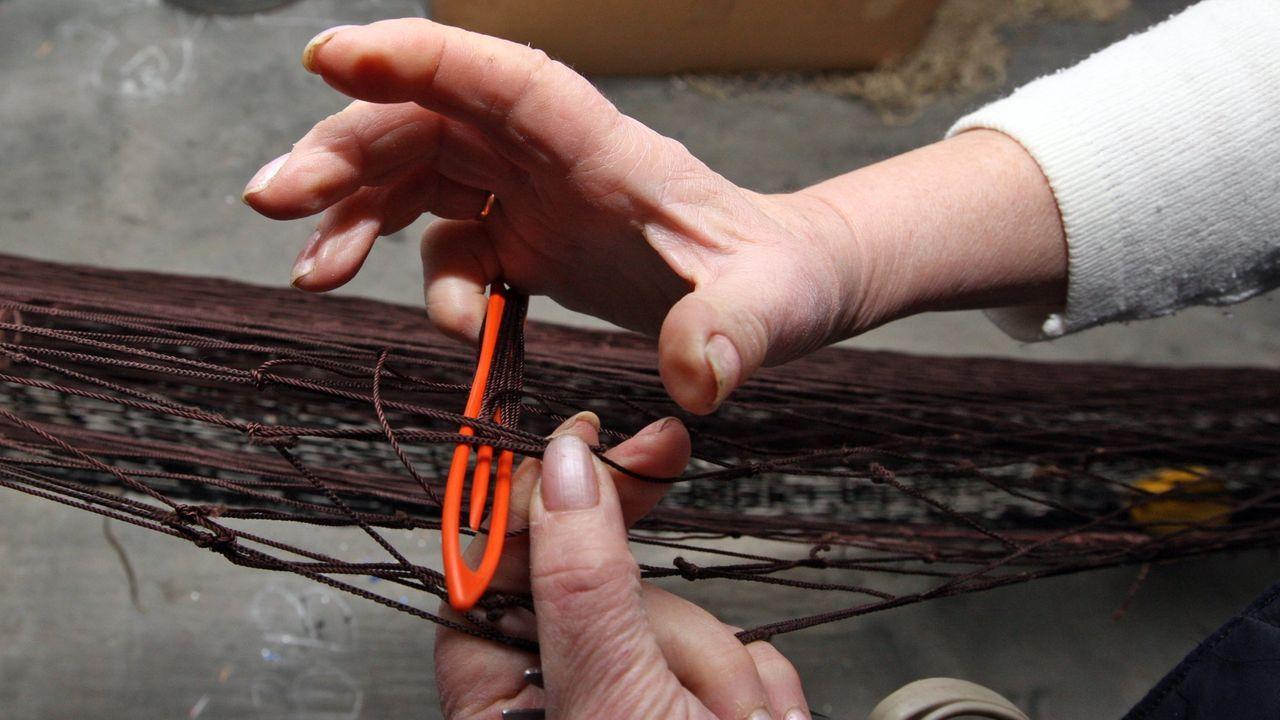 Una redera cosiendo un aparejo