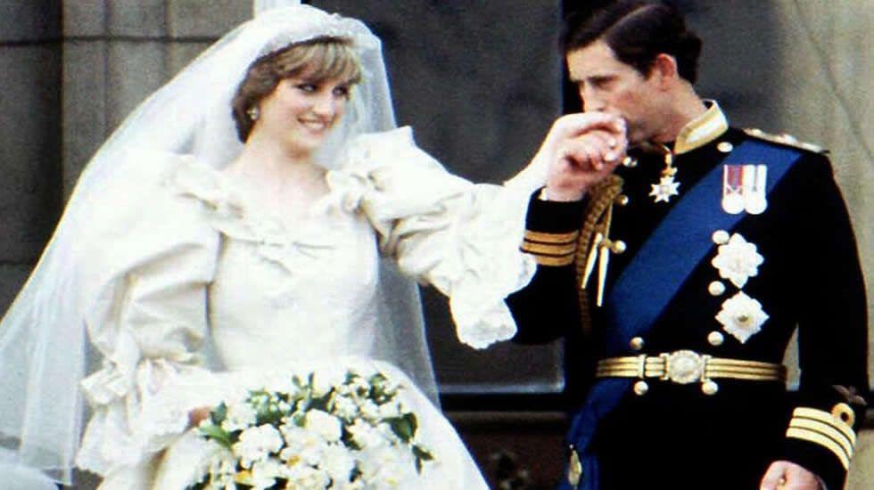 La visita de los duques de Cambridge en París, en fotos.Flores en las puertas del palacio de Kesington en recuerdo de la princesa Diana de Gales