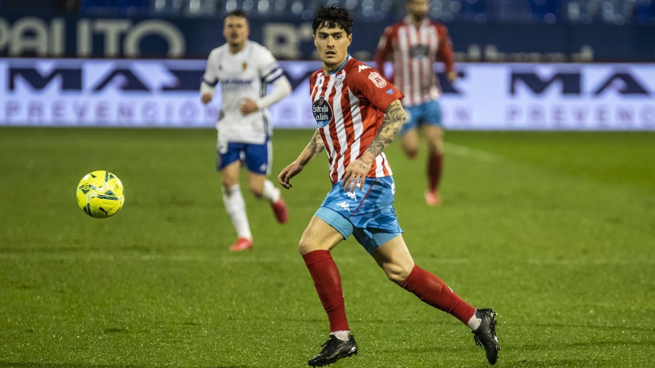 Javi Mier y Lucas Ahijado, ante Sergi Darder en el Real Oviedo - Espanyol