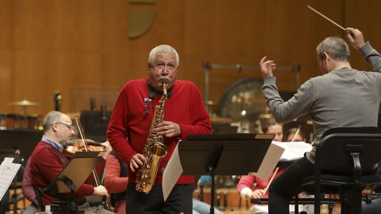 La leyenda del jazz latino Paquito D'Rivera toca con la Real Filharmonía.Cristina Pato na terraza da súa casa