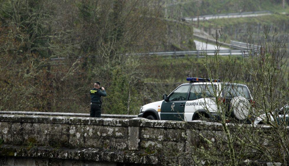 La Guardia Civil continúa buscando al joven de Láncara en el embalse de Os Peares.