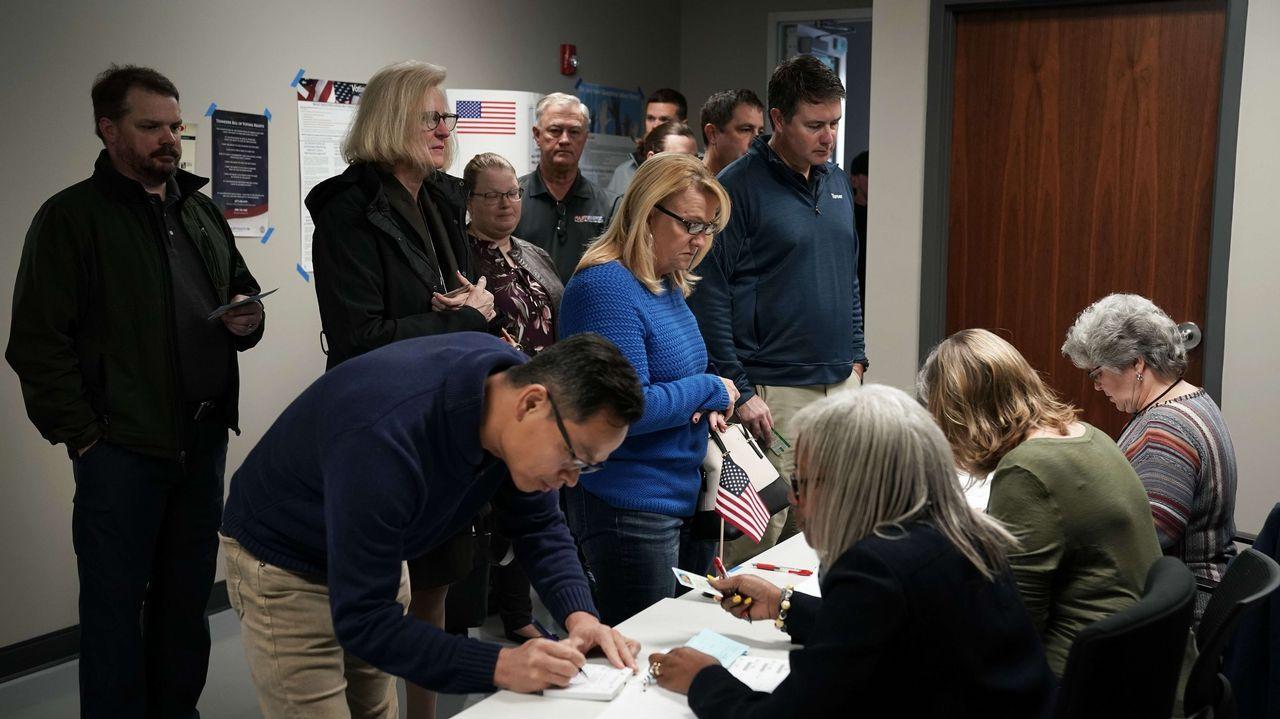 Electores registrándose en Tennessee