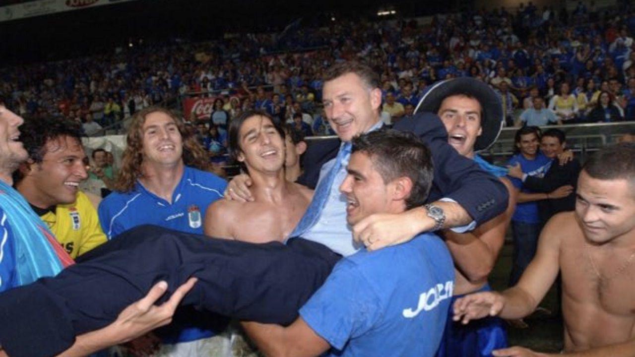 Antonio Rivas es manteado por sus jugadores en 2005 tras conseguir el ascenso a Segunda B con el Real Oviedo