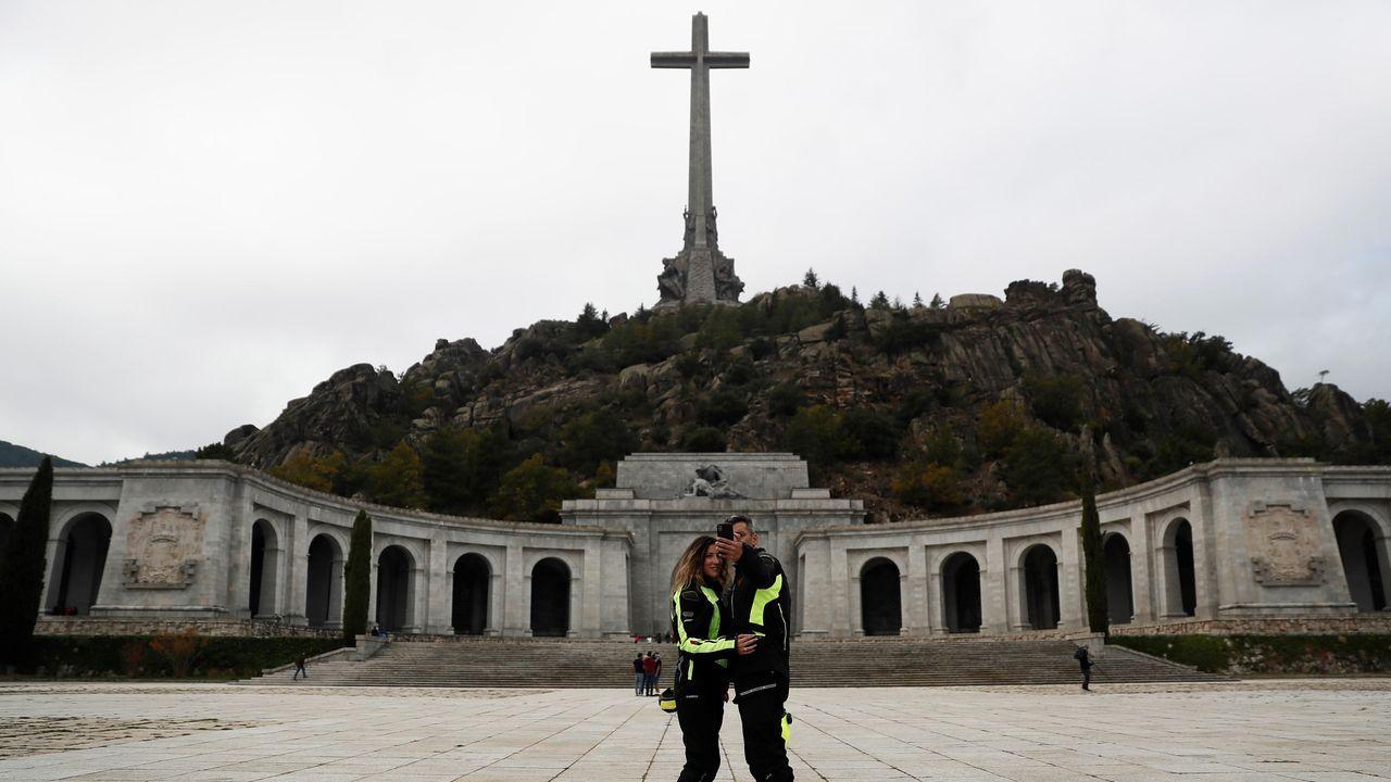 mendoza.Familiares de Franco introducen o féretro no helicóptero que o trasladou dende o Valle de los Caídos
