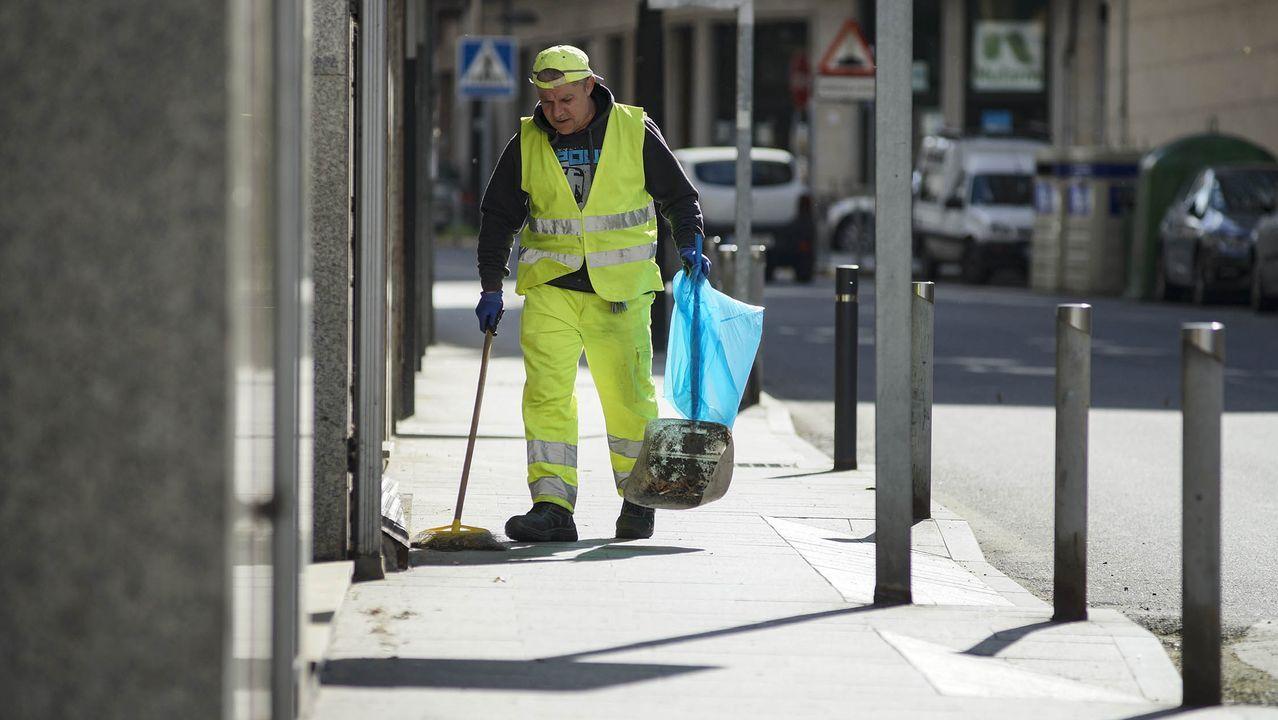 El alcalde de A Arnoia visita a los vecinos.Un limpiador barriendo la calle en Ribadavia en el primer día laborable con el estado de alarma.