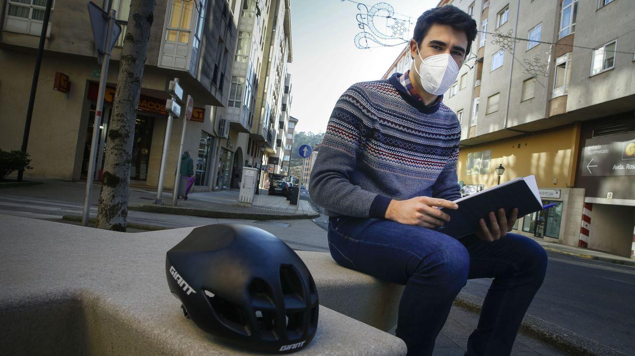 Xoan, el niño de 13 años al que unos atracadores le robaron las zapatillas recoge unas nuevas que le regalan en una tienda de Vigo.Javier Álvarez Liébana, matemático