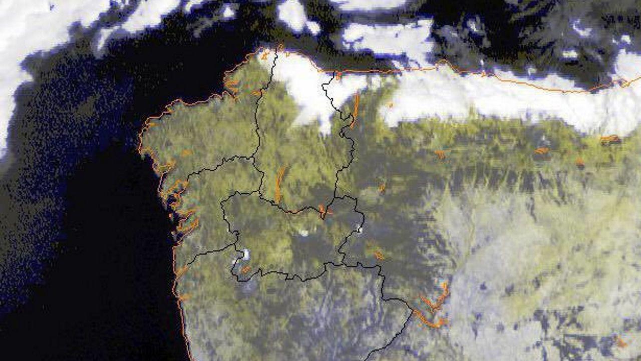 El viento del nordés genera una nube perpetua sobre la costa de Lugo mientras que en el resto de la comunidad el cielo está despejado