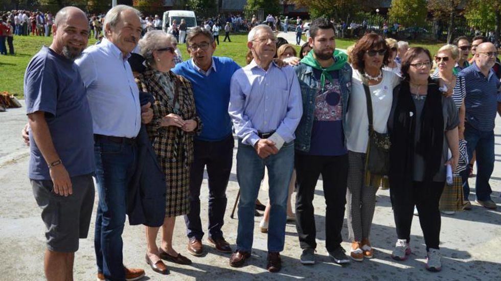 El alcalde y varios concejales junto a los vecinos en la Romería del Cristo, en las fiestas de San Mateo 2017