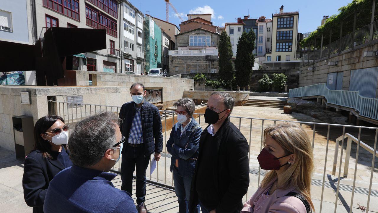 Dirigentes del PSOE, junto a la piscina termal de As Burgas