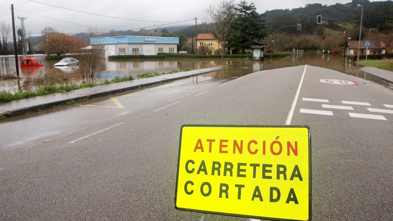 Joselu Requexon Real Oviedo.La carretera AS 16 permenece cortada por segundo día consecuntivo por el desbordamiento del río Nalón como consecuencia de las intensas lluvias
