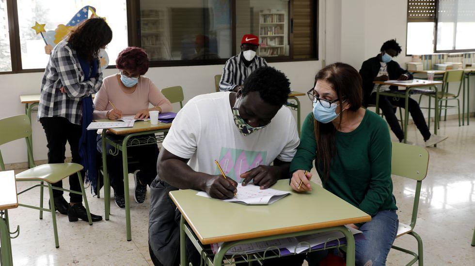 Voluntarios imparten clase en el programa de alfabetización que desarrolla Cáritas en Ourense