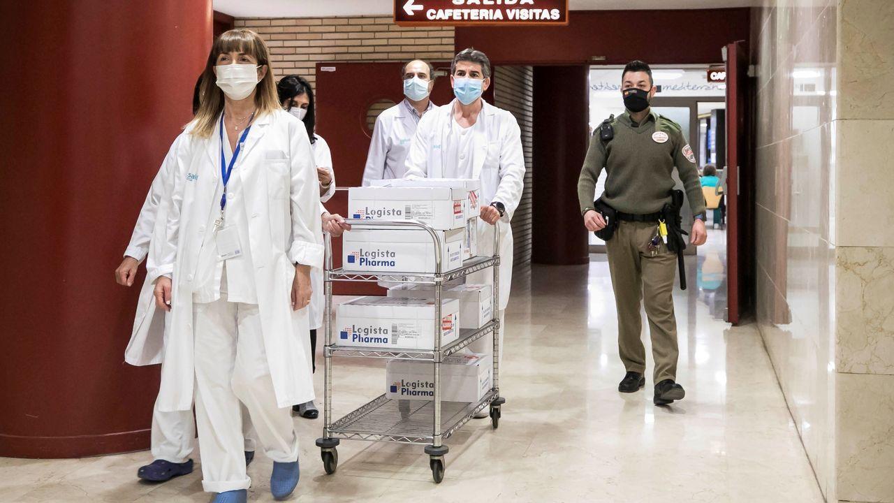 Cinco sanitarios del servicio de farmacia y un vigilante de seguridad escoltan la primera partida de vacunas de AstraZeneca llegada al Hospital Clínico Universitario de Zaragoza