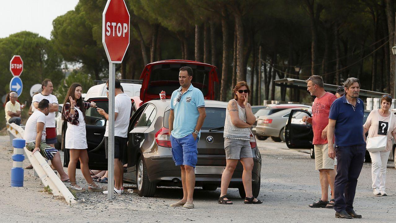 Vecinos de Matalascañas esperan a poder continuar su trayecto debido al corte de la carretera de acceso a la localidad onubense
