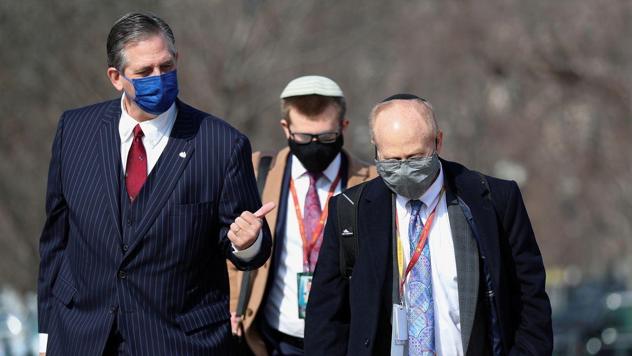 Los abogados de Trump,  Castor y Schoen, a su llegada este miércoles al Capitolio