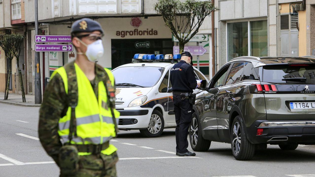 Miembros de la Brilat y la Policía Nacional, en un control en Monforte