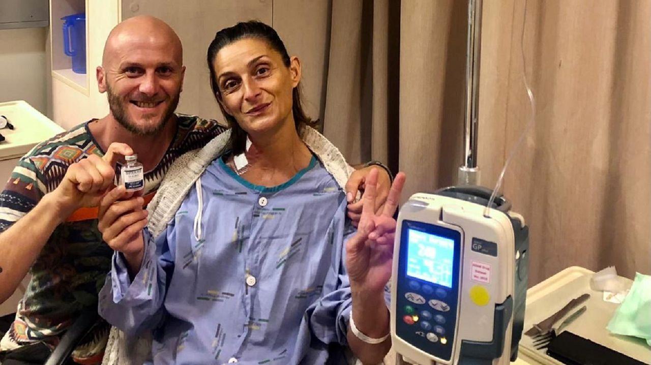 Vanessa Enríquez Raído, originaria de As Pontes con una enfermedad rara en Nueva Zelanda, junto a su pareja, el ingeniero agrónomo chileno Diego Camiruaga, en el hospital