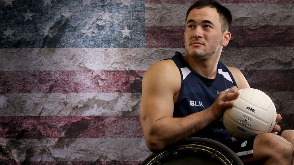 El jugador de rugby Chuck Aoki posa en su silla de ruedas