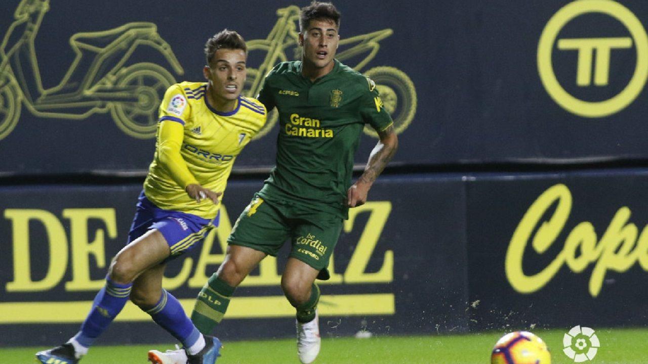 Brian Oliván (Cádiz) pugna por un balón con Lemos (Las Palmas)