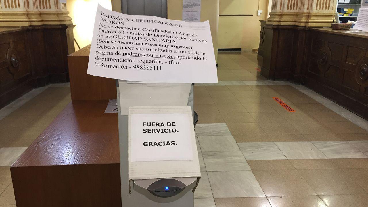 Carteles advierten en la Casa do Concello que solo se realizaran trámites urgentes
