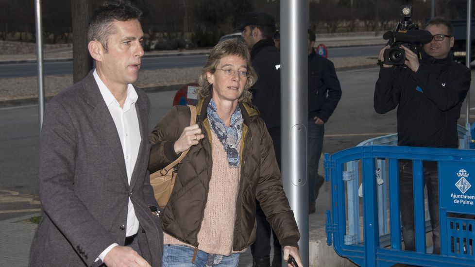 Continúa la declaración de Urdangarin.Los hermanos de Iñaki Urdangarin, Clara y Mikel, asisten como público al juicio del caso Nóos.