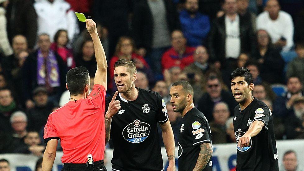 Jugadores del Dépor protestan al árbitro del Bernabéu