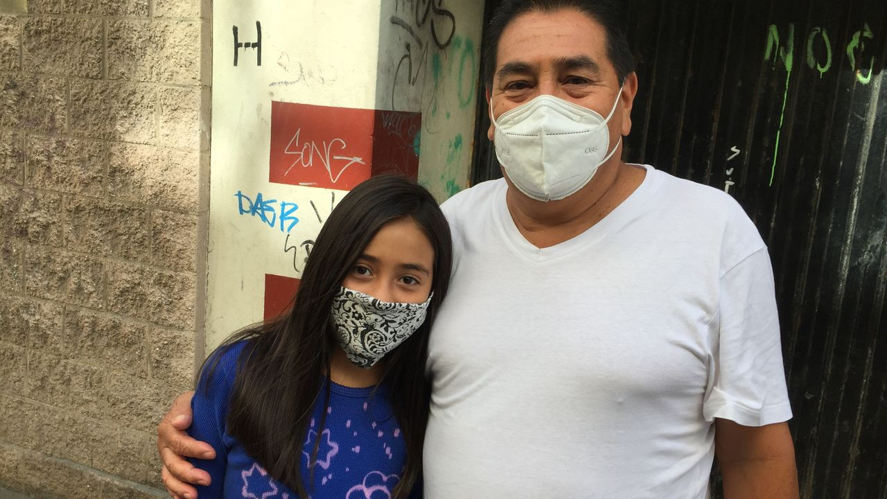 Un empresario en la Cocina Económica. Luis Reyes y su familia (en la foto, con su hija) huyeron de Colombia por extorsiones. Dejó su empresa e iba a crear una en A Coruña, pero el covid no le dejó.