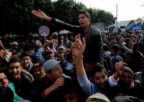 Los manifestantes abuchean al presidente de Túnez.