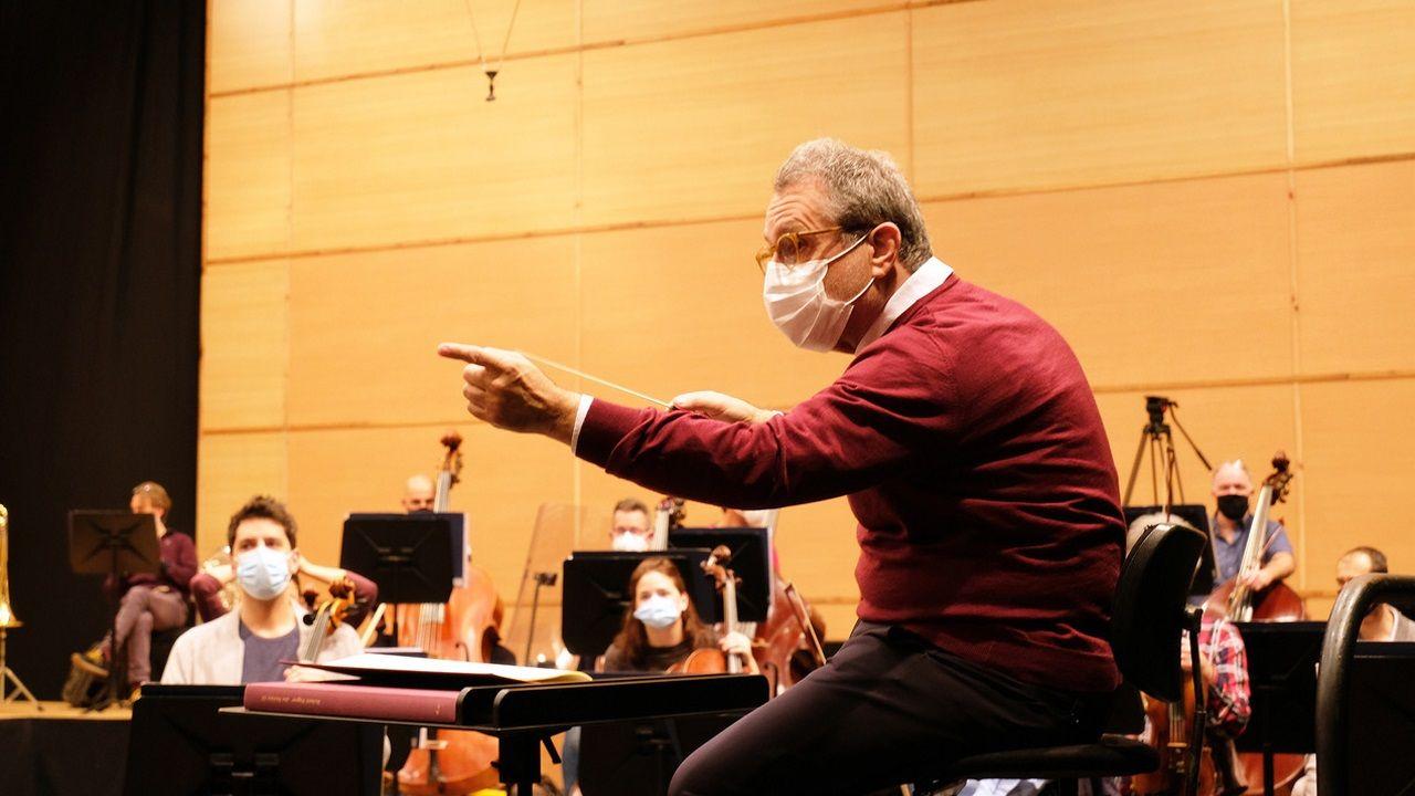 El maestro Josep Pons, durante el ensayo con la OSG